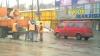Plombarea drumurilor în stil moldovenesc continuă, chiar şi în condiţii meteo nefavorabile (VIDEO)