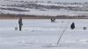 Lacul Ghidighici, luat cu asalt de pescari şi petrecăreţi. Un şofer a circulat cu maşina pe apa îngheţată (VIDEO)