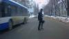 Nici că-i pasă! Şoferul unui troleibuz trece la culoarea roşie a semaforului VIDEO