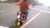 (VIDEO) Ai avea curaj să faci aşa ceva? Gest NEBUNESC pe un drum public