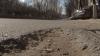Pretorul sectorului Râşcani, nemulţumit că asfaltul de pe bulevardul Grigore Vieru se macină. Vezi ce-i răspunde un oficial de la Primărie
