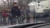 Incident lângă Chişinău cu implicarea unui camion. Mai mulţi moldoveni au sărit în ajutorul şoferului (VIDEO)