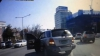 (VIDEO) Nu o să îţi vină să crezi! O şoferiţă a căzut din maşină în timp ce executa o manevră