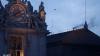 Pregătiri la Vatican. Pe acoperişul Capelei Sixtine a fost instalat hornul care va semnala despre alegerea noului Papă