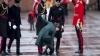 (VIDEO) Moment penibil: Tocul unui pantof al ducesei Kate Middleton a rămas blocat în capacul unei guri de canalizare