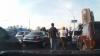 Bătaie în trafic. Un şofer ia la pumni alt şofer, dar se ascunde după mama sa, când vede că o încurcă rău (VIDEO)