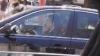 Chirtoacă încalcă regulile de circulaţie. Vorbeşte la telefon în timp ce conduce şi nu are cuplată centura de siguranță (VIDEO)