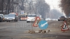 """(VIDEO) Plombarea gropilor din Capitală, criticată de trecători. """"Va rezista maxim o săptămână"""""""
