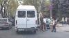 (VIDEO) Continuă să circule după propriile reguli. Un şofer de microbuz a îmbarcat pasageri într-un loc INTERZIS