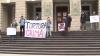 MAI şi Procuratura Municipală au fost pichetate de tineri nemulţumiţi. Ei spun că vinovaţii de torturile din 7 aprilie au rămas nepedepsiţi