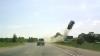 Accident ÎNSPĂIMÂNTĂTOR: O maşină şi-a luat zborul din cauza unei anvelope care a explodat (VIDEO)