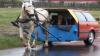"""""""Maşina viitorului"""", în varianta română. Nu are motor, e trasă de cal şi are televizor VIDEO"""