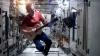 Astronautul Chris Hadfield şi-a luat rămas-bun de la Staţia Spaţială Internaţională într-un mod inedit
