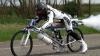 (VIDEO) A legat o rachetă de bicicletă şi a pornit la drum. AFLĂ ce viteză impresionantă a obţinut un francez