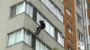 Salvatorii în alertă: Au intrat prin geam în apartamentul în care a rămas blocată o fetiţă de doi ani (VIDEO)