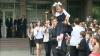 A sunat ultimul clopoţel! Emoţionaţi şi cu buchete imense, elevii şi-au luat adio de la profesori VIDEO