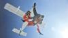 (VIDEO) Senzaţii tari în ultima zi de week-end: Au sărit de la 3.000 de metri şi au căzut din cer cu 80 de km/h