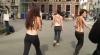 Câteva activiste Femen au sărit cu sânii goi pe capota maşinii unui oficial de rang înalt VIDEO