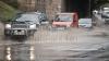 """(VIDEO) Străzi din Capitală, transformate în lacuri după ploaie. """"Trebuie să ai un vapor ca să poţi circula prin oraş"""""""