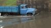 Şoferi care nu se tem de ape! Ignoră indicaţiile poliţiştilor şi se aventurează pe străzile inundate