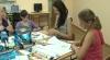 Mai mulţi copii cu dizabilităţi creează adevărate opere de artă. Transformă deşeurile în genţi şi portmonee