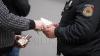 Descindere CNA: Un poliţist din Cimişlia, prins în flagrant cu mită. VIDEO