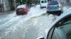 O stradă din Capitală, transformată în râu de ploaia ce a durat câteva minute IMAGINI