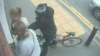 (VIDEO) Hoţ ghinionist! S-a pornit la furat, dar a fost luat la pumni de două tinere