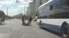O bătrână, târâtă pe jos de şoferul şi taxatorul unui troleibuz din capitală (VIDEO)