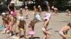 Canicula, motiv de bucurie pentru micuţii de la o grădiniţă din oraşul Codru: Aleargă desculţi şi se stropesc cu apă