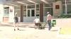 În lipsa rampelor de acces pentru persoanele cu dizabilităţi, oamenii se descurcă aşa cum pot VIDEO