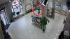 Tânăr dat în căutare de poliţie. A furat ziua în amiaza mare un Iphone 5, dintr-un magazin din Capitală VIDEO