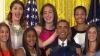 (VIDEO) Glume pe seama lui Obama! Două sportive i-au ţinut coarne într-o poză. IATĂ CUM A REACŢIONAT LIDERUL DE LA CASA ALBĂ
