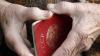Unii bucuroşi, alţii sceptici. Ce spun bătrânii cu paşapoarte sovietice despre înlocuirea lor cu buletine
