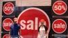 Haine la jumătate de preţ şi chiar mai ieftine! Febra reducerilor a cuprins magazinele