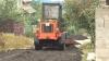 Reparaţie de mântuială: Drumarii toarnă asfaltul chiar dacă plouă cu găleata VIDEO