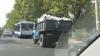 Martor ocular: Un şofer încalcă legea fără jenă, transportând materiale de construcţie neacoperite (VIDEO)