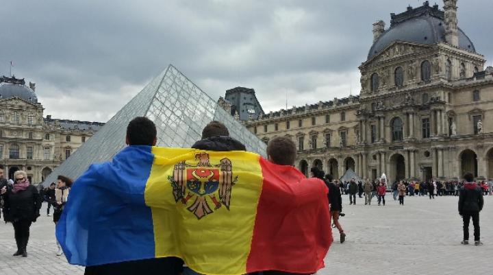 Zeci de persoane au arborat drapelul Moldovei şi au arătat lumii întregi că sunt mândri de ţara lor