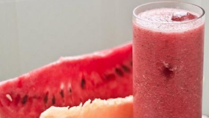 Răsfaţă-te delicios în zilele toride de vară. Cum obţii o limonadă din PEPENE VERDE în doar 10 minute