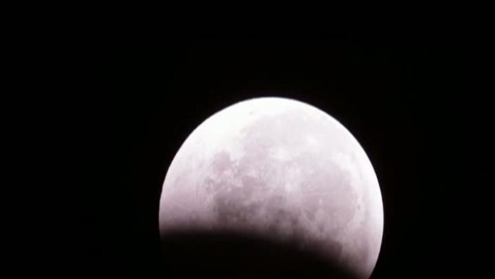 """Luna """"şi-a schimbat"""" culoarea. În această noapte, astrul va fi albastru"""