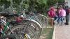 Profesori şi elevi din Roşietici Vechi, nevoiţi să meargă la şcoala din satul vecin cu bicicletele