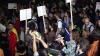 (VIDEO) Ciocniri între manifestanţi şi poliţişti, în a treia noapte de proteste la Bucureşti