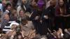 (VIDEO) Enoriaşii s-au călcat în picioare pentru a obţine câte o iconiţă de la Patriarhul Kiril şi au rupt florile de pe decoruri
