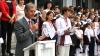 Prim-ministrul Iurie Leancă a împărţit Abecedare şi a îndemnat elevii din Cricova să înveţe limba română