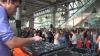 Aşa poţi uita de probleme! O staţie de metrou se transformă, zilnic,  într-o discotecă în aer liber VIDEO