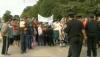 SCANDAL într-un sat din Călăraşi: Mai mulţi protestatari au blocat un drum şi cer redeschiderea şcolii (VIDEO)
