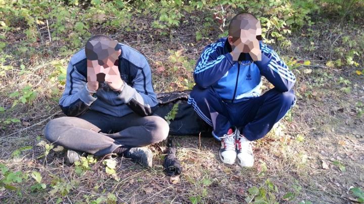 Trei tineri, printre care un minor, reţinuţi de poliţiştii de frontieră. Aveau în bagaje lucruri interzise (FOTO)