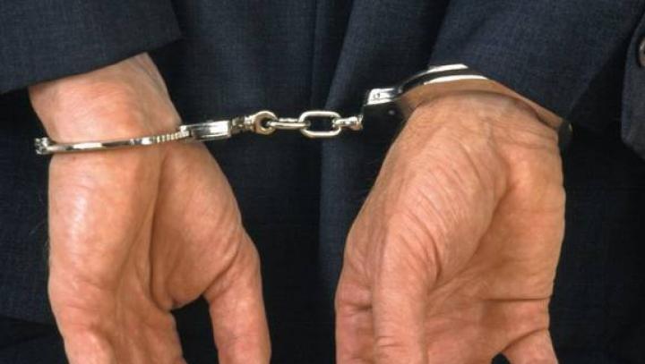 """Poliţist prins cu mita în mână. A cerut 1.500 de lei de la o femeie, ca să """"uite"""" că vindea ilicit alcool"""