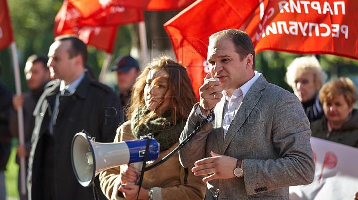 """Socialiştii au protestat, din nou, cerând demisia lui Chirtoacă. """"Opriţi privatizarea, vrem referendum!"""""""