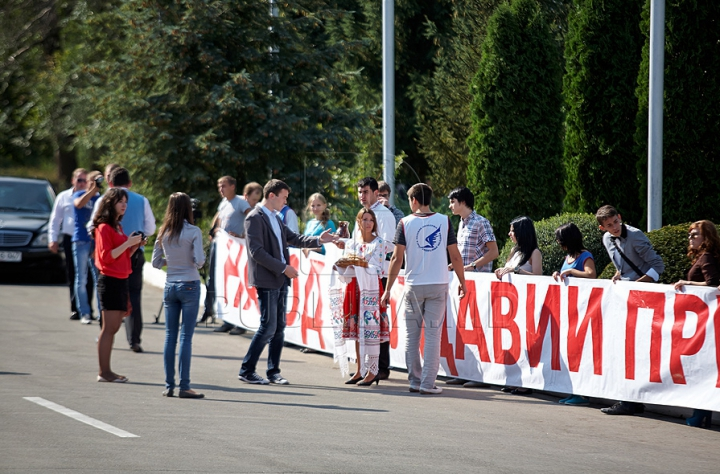 Rogozin, întâmpinat cu o SURPRIZĂ pe aeroportul din Chişinău (FOTO)